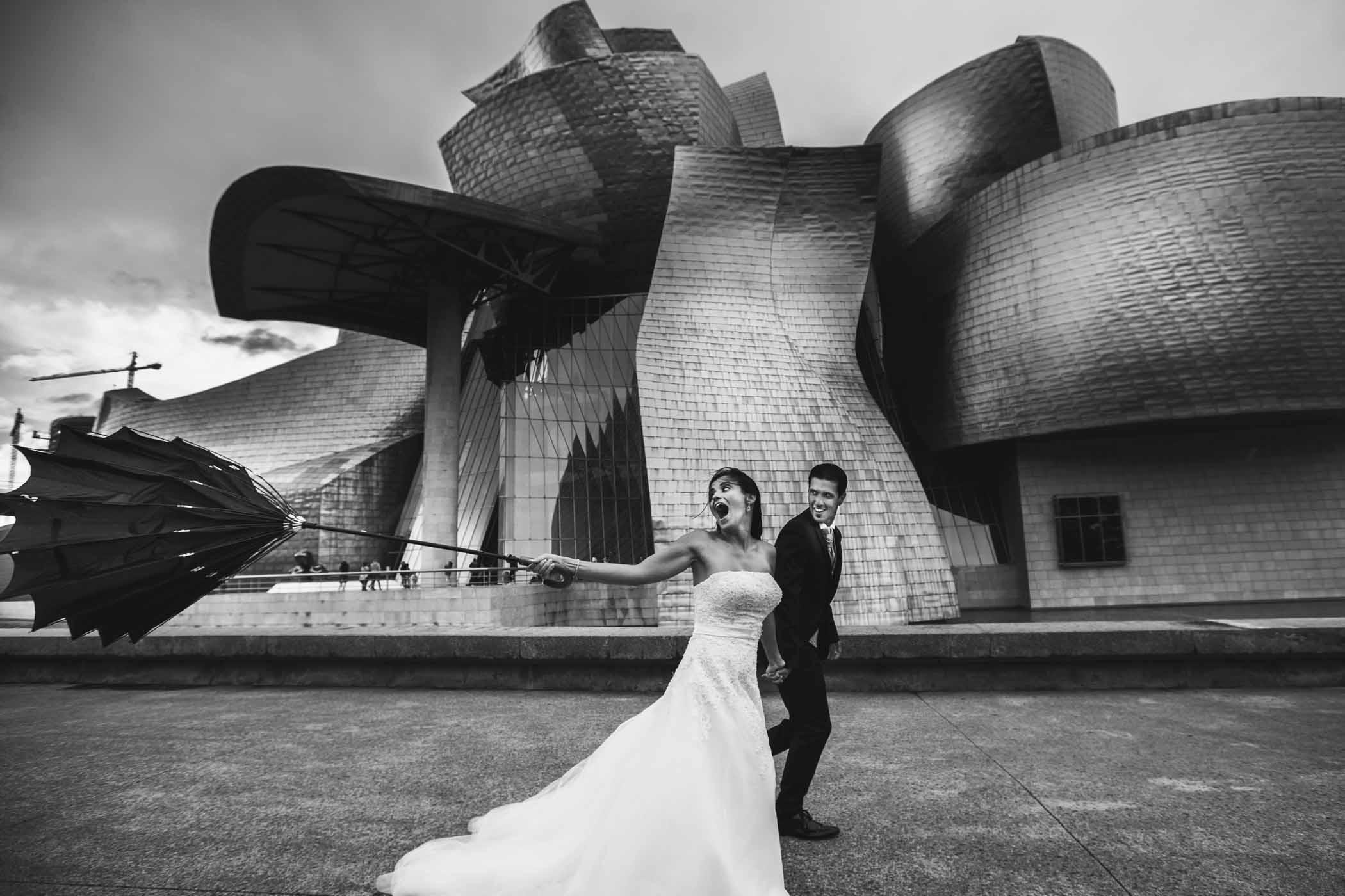 Fotografo en Cordoba pareja de paseo por Bilbao
