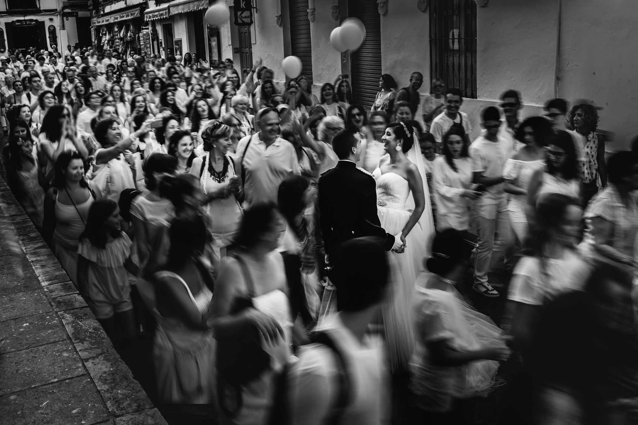Fotografo en Cordoba pareja justo despues de salir del sagrario