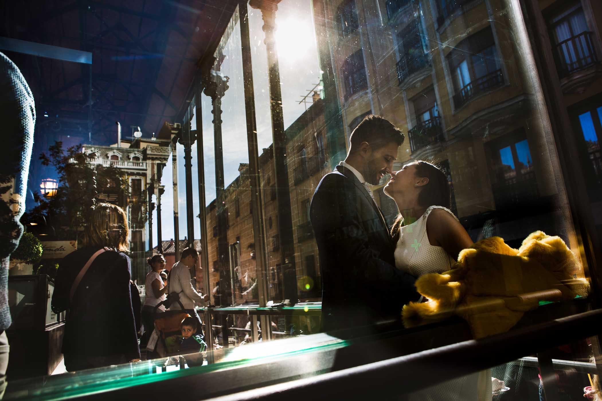 Fotografo en Cordoba pareja en el Mercado de San Miguel en Madrid