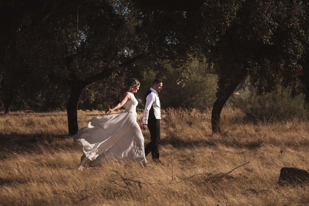 Boda Alcazar y La Bodega, en su postboda disfrutando de un paseo por el campo