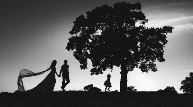 Boda Alcazar y La Bodega, en su postboda foto de familia paseando
