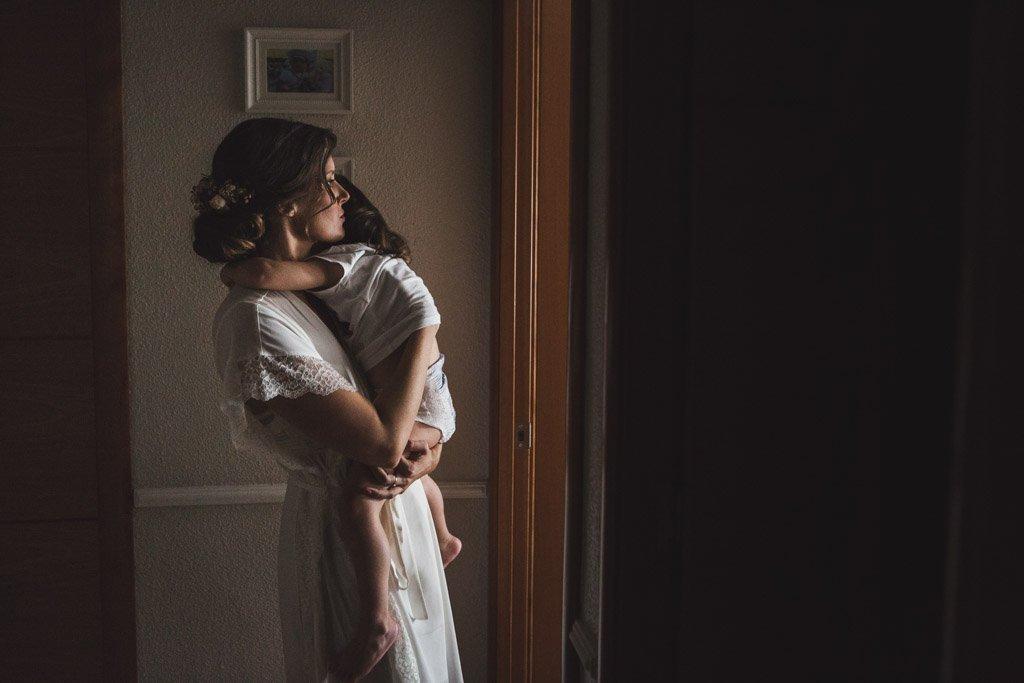 Boda Alcazar y La Bodega, novia durmiendo a su niña
