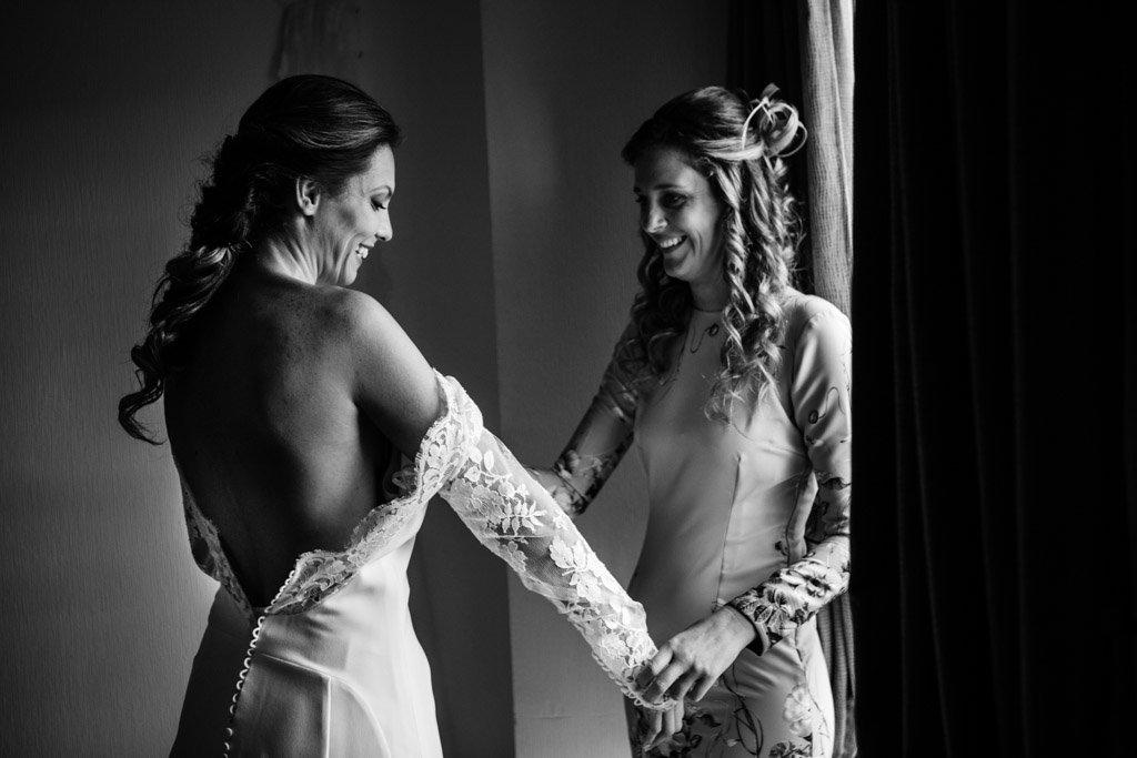 Boda en San Nicolas y El Capricho, novia poniendose traje