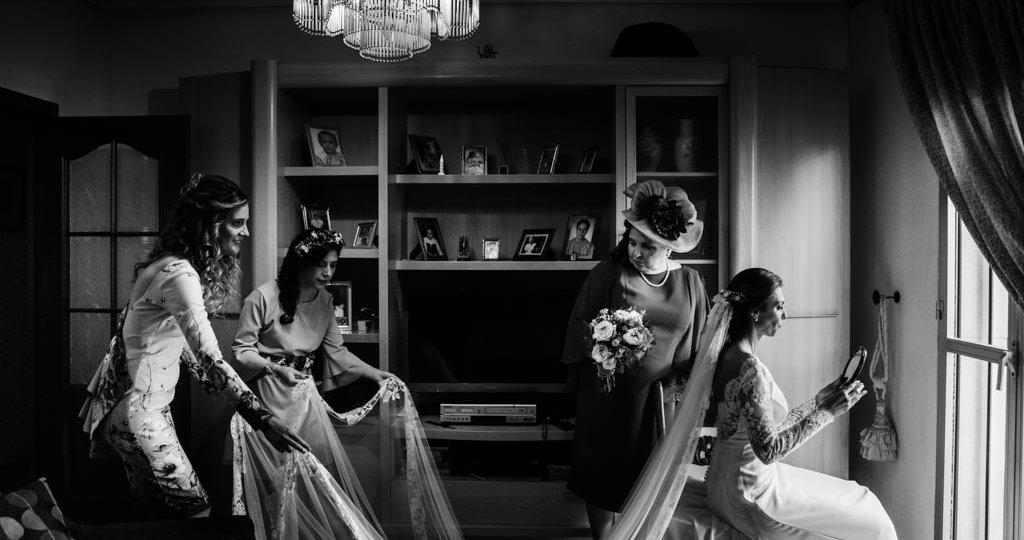 Boda en San Nicolas y El Capricho, preparativos finales de la novia