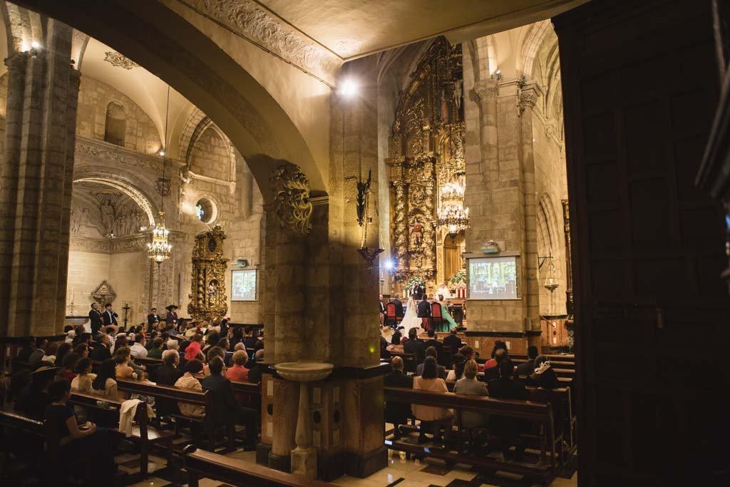Boda en San Nicolas y El Capricho, plano general interior San Nicolas