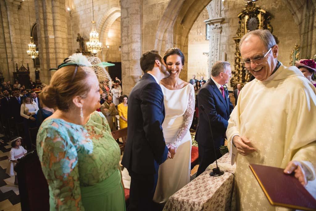 Boda en San Nicolas y El Capricho, beso novios en ceremonia