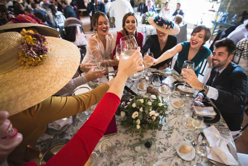 Boda en San Nicolas y El Capricho, amigos brindando
