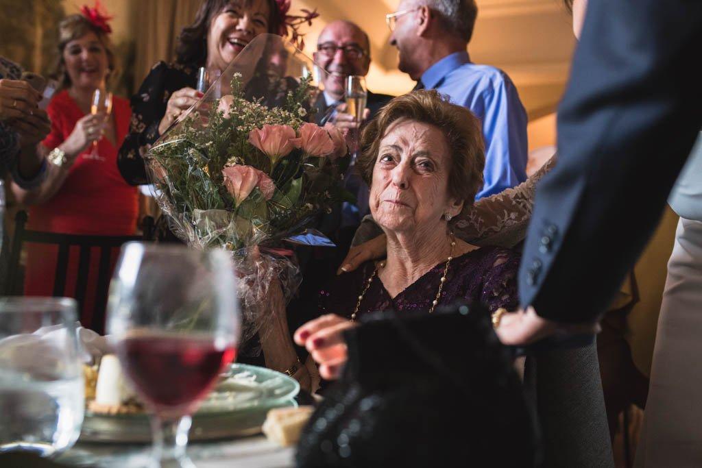 Boda en San Nicolas y El Capricho, abuela emocionada