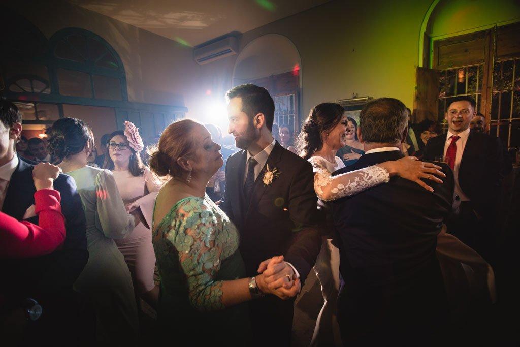 Boda en San Nicolas y El Capricho, baile novio con su madre