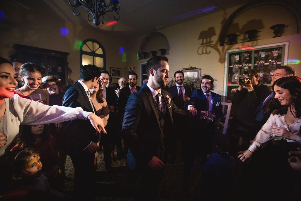 Boda en San Nicolas y El Capricho, baile con los amigos