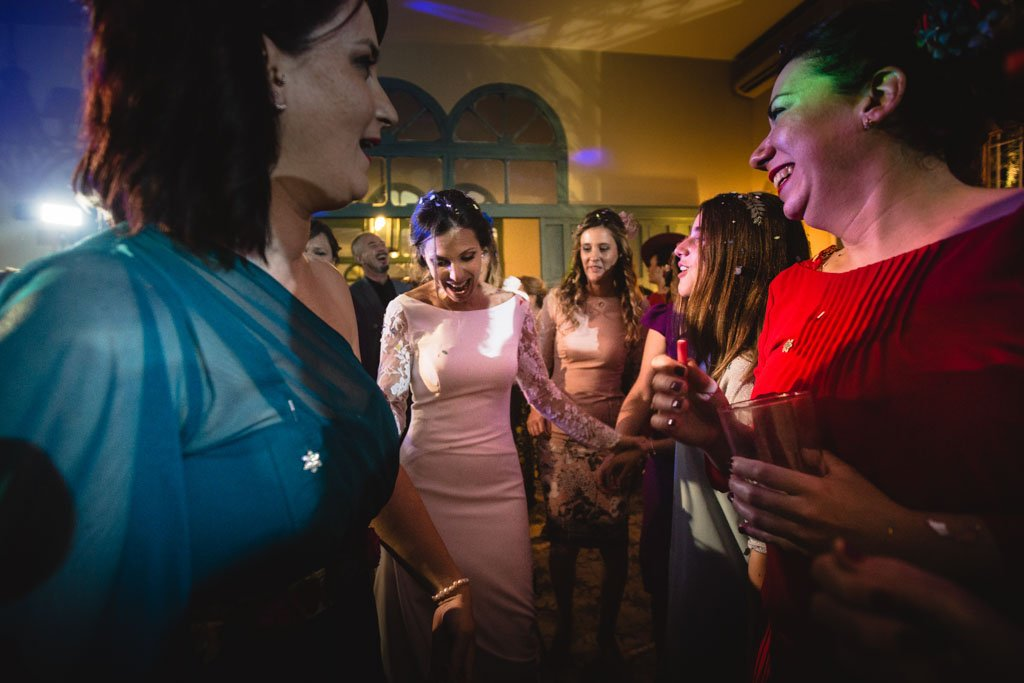 Boda en San Nicolas y El Capricho, baile con las amigas