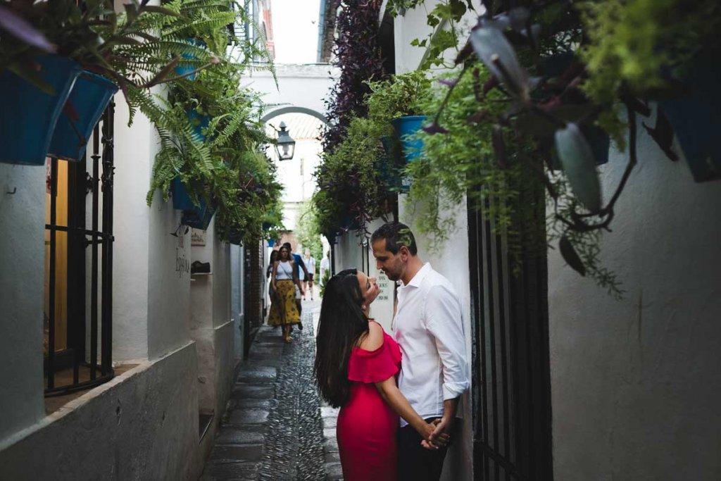 Sesión de compromiso en Córdoba, paseando por la calle de las flores
