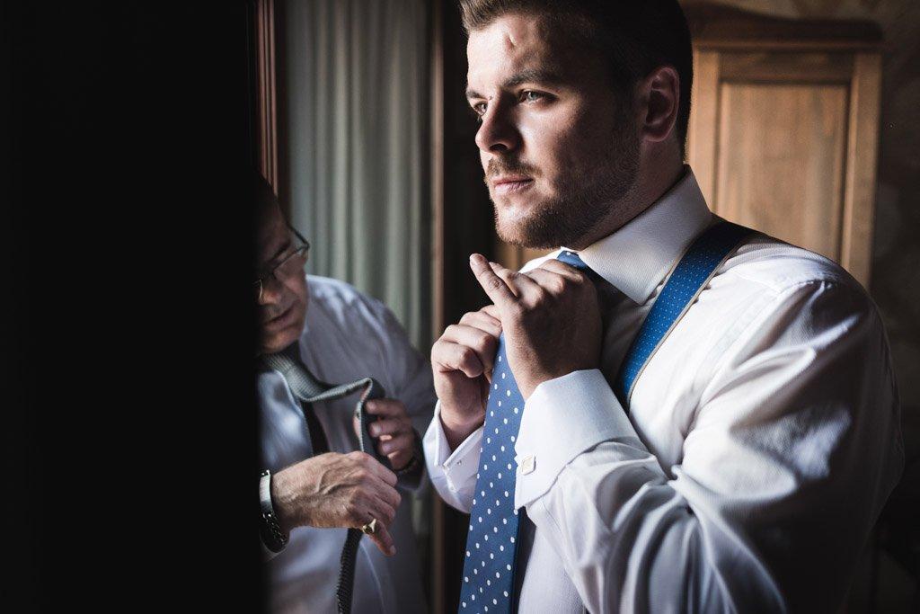 Boda en Montoro, ajustando corbata